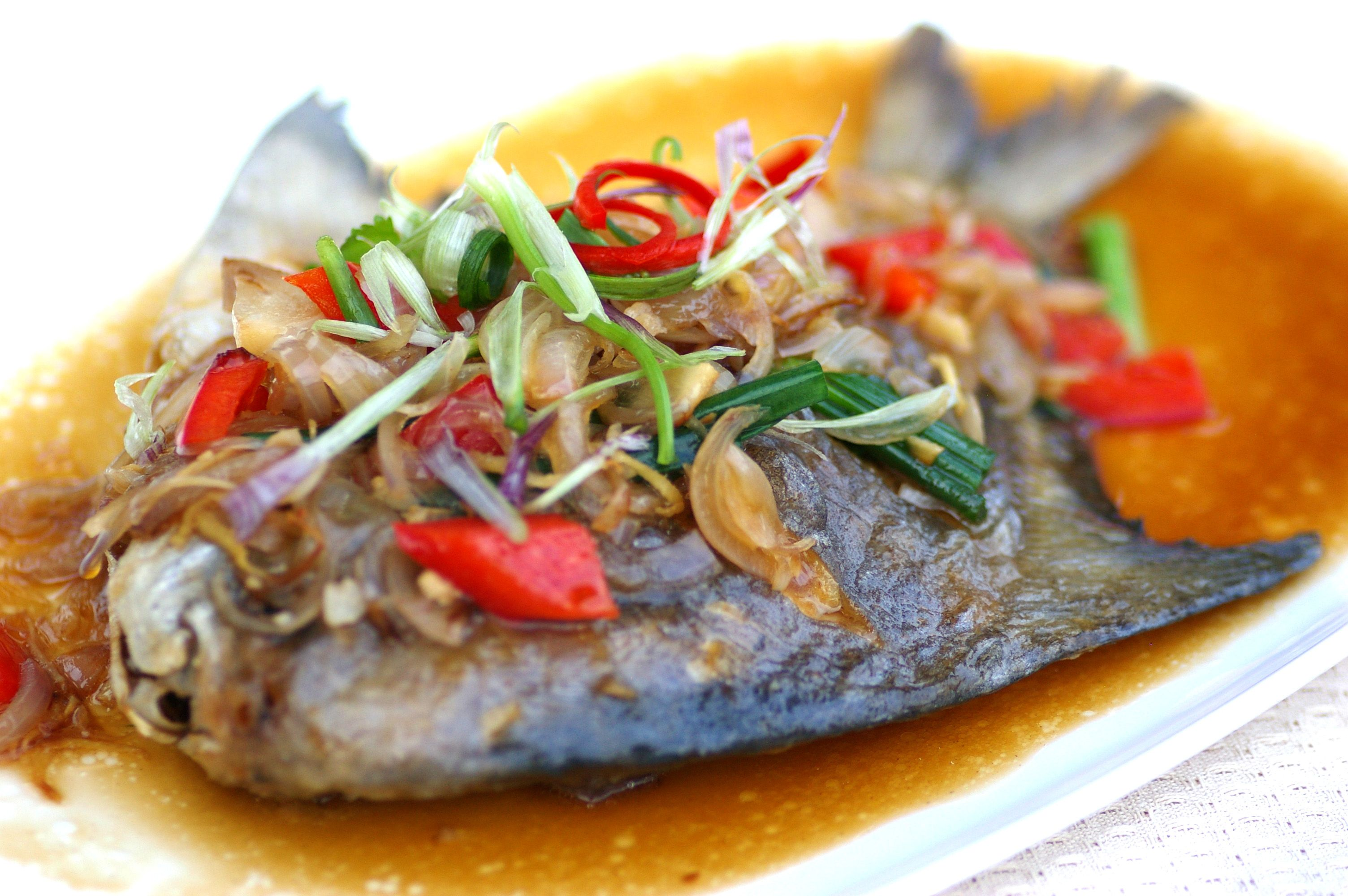 Fried Pomfret with Onion Sauce