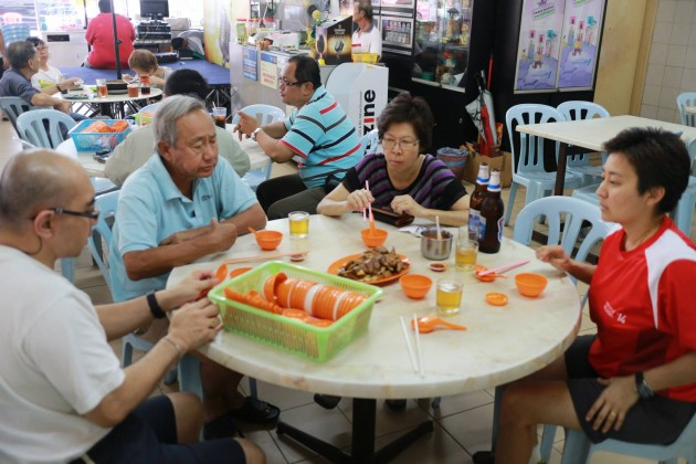 Samo's extended family trying out the Lou Yuk at Millenium 86 coffee shop in Paramount Garden.