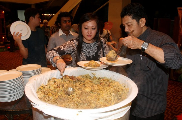 Guests helping themselves to the Nasi Beriyani Gam.