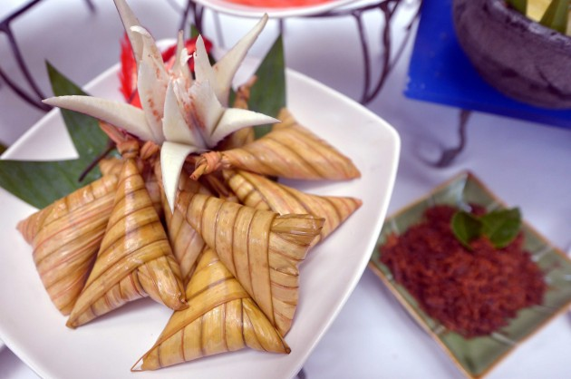 Ketupat palas served with serunding daging.