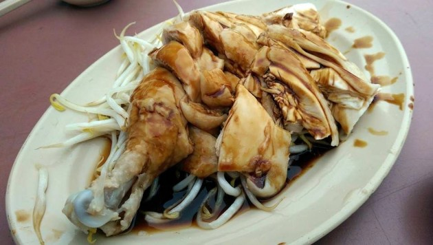 The steamed chicken and bean sprouts (taugeh).