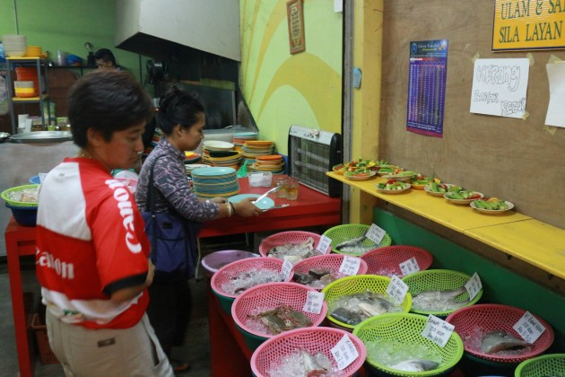 Customers can select the fresh seafood at the gulai kalut shop.