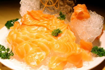 The Norwegian salmon slices placed on top of shaved ice and with ice carving as the backdrop that won me over.