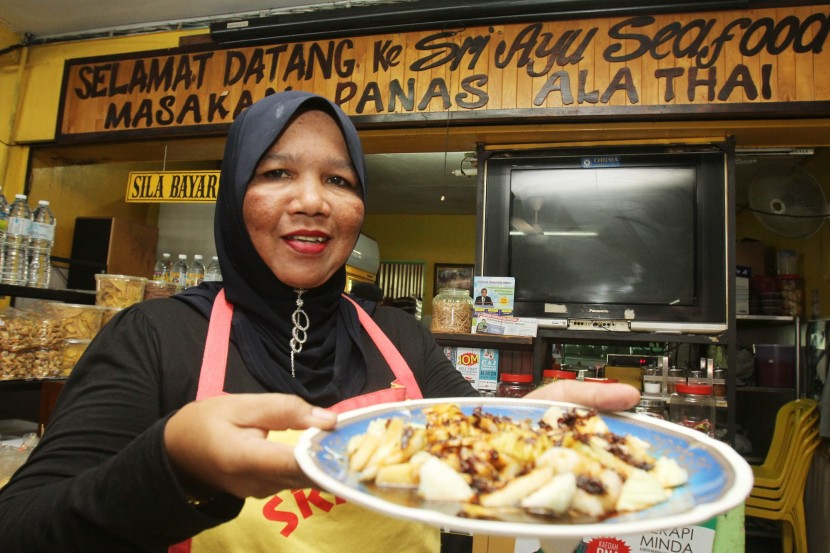 Family recipe Hasnah makes the rojak buah sauce herself at the Sri Ayu Restaurant. –filepic