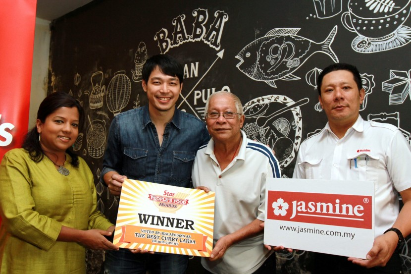StarMetro representative Aida Ahmad (left) and Jasmine Food Corporation Sdn Bhd district sales manager Akee Chew (right) presenting the award to chief cook and manager Uncle John Tan Kim Chye (second from right) and owner Alan Yun (second from left).