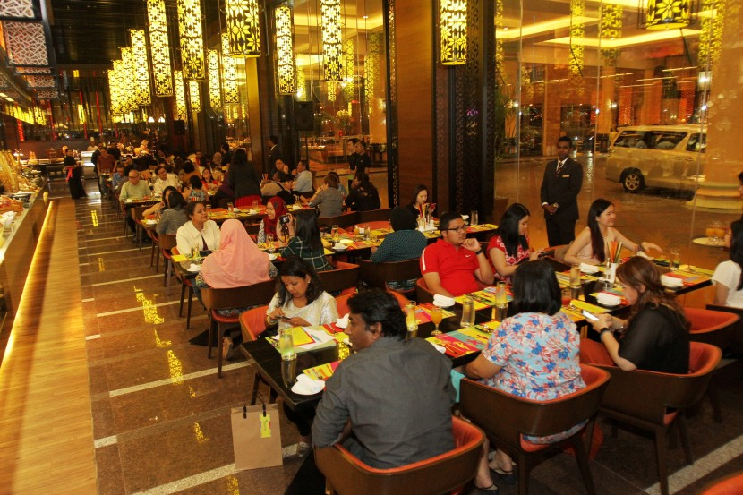 With a seating capacity of 362, the restaurant is divisible into three dining areas with its own characteristic design.