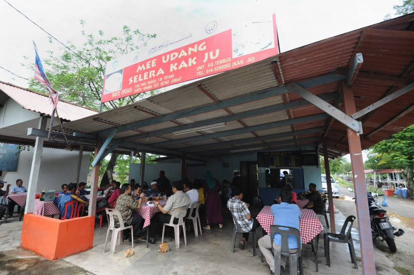 Even though Mee Udang Kak Ju is at a remote northern corner of mainland Penang, the shack gets its share of packed hours at the fishermen's jetty in Sungai Tembus in Penaga, North Seberang Perai.