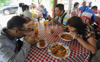 Popular dish: Customers tucking into their prawn noodles at the stall near the fishermen's jetty in Sungai Tembus, Penaga, north Seberang Prai.