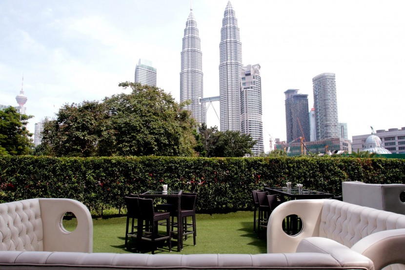 You can enjoy Sunday Roast at Marble 8 with a stunning backdrop of KLCC.