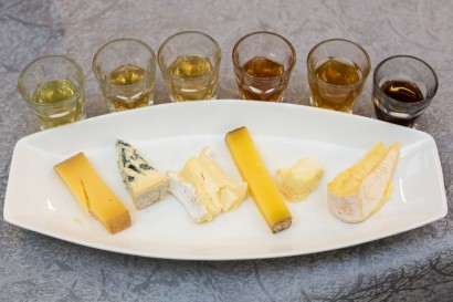 Cheese and tea pairing (left to right) Bethmale with Golden Pu'Erh, Fourme d'Ambert with Darjeeling, Brie with black tea, Comté with Oolong, Saint-Marcellin with Rose Blend, Reblochon with White Peony.