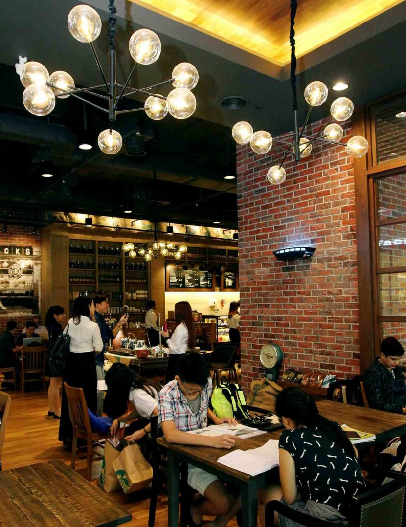 Starbucks Reserve's heritage concept extends from the brand logo on the door handle, to the featured cube and customised menu board, to the interior design.