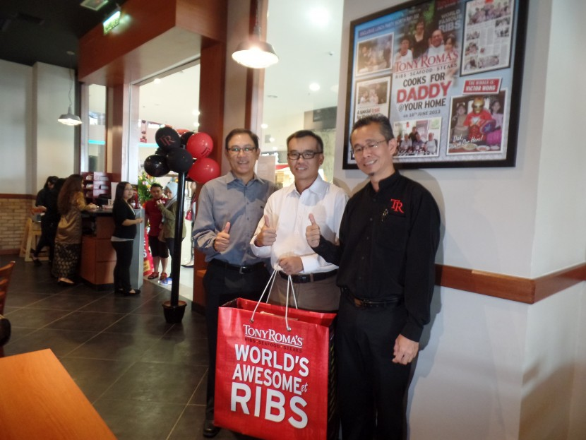(From left) Coramax Mall director Alan Sim, Ang and Grand Companions business unit manager Muhammad Adam Mah at the opening of the Tony Roma's Kuching outlet.