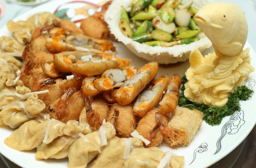 The Fortune Combination Platter features four treasures – dragon beard roe, scallop with asparagus, money bag and banana seafood roe.