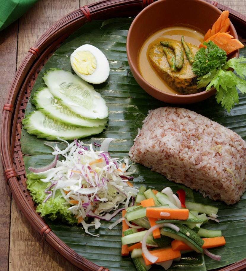 Nasi Dagang Gulai Ikan Tongkol Dan Acar Jelatah