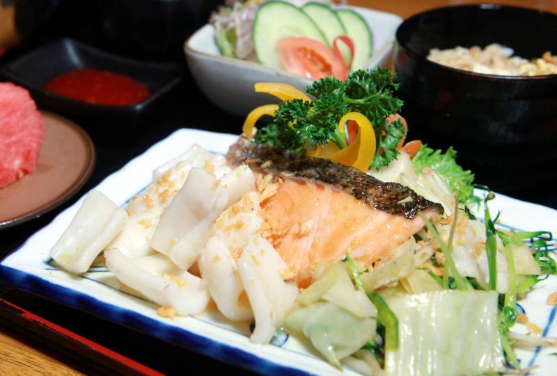 The Ika To Shake Teppan consists of stir-fried squid and salmon fillet with garlic butter sauce and served with assorted vegetables.