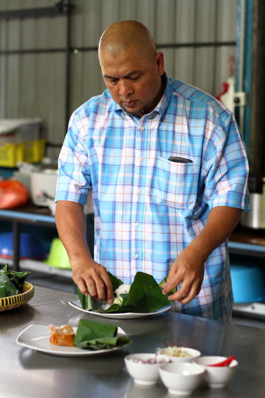 Owner of Wadi Daw'an, Hj Kamarudin Mohamad uses banana leaf to for the Nasi Dagang. The banana leaf is folded in a traditional way. Only premium Basmathi rice is used without the glutinous rice.