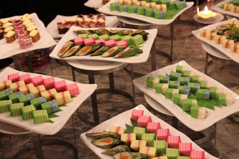 The dessert section offers local and Western options, from pastries, kuih, jellies, puddings and cakes, to  Bubur Pulut Hitam, Bubur Kacang Hijau and Bubur Cha Cha.