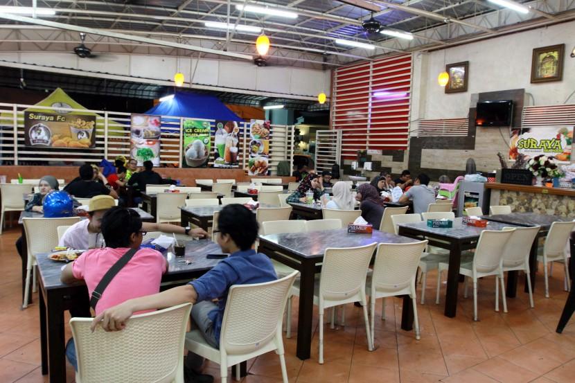 The interior of Suraya Seafood.