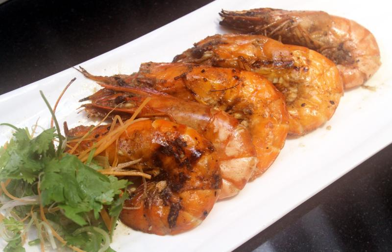 Seafood lovers should try the Jambary Mashwi (Grilled Prawns with Saffron Sauce).