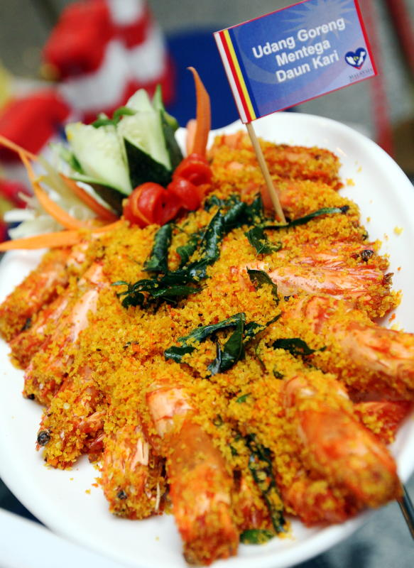 The mixture of curry leaves, butter and prawns are a delicious and mouthwatering combination.