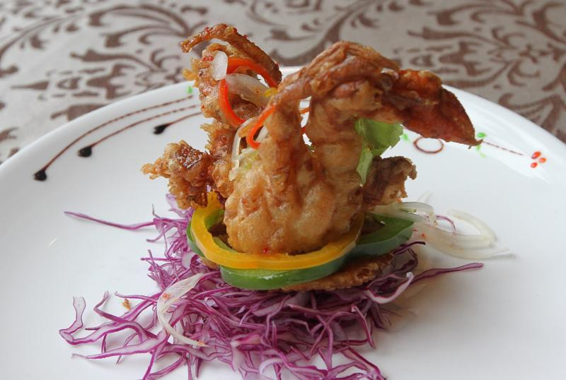 The crunchy deep-fried soft shell crab was served on a pool of red cabbage and sliced capsicum.