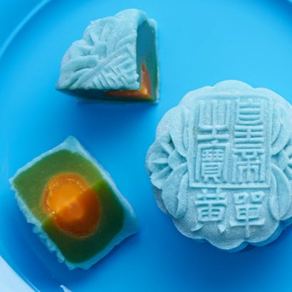 Crystal-Skin-infused-with-Blue-Pea-Flower-Extract-Mooncake-with-Pandan-Paste-and-Single-Egg-Yolk-Dorsett